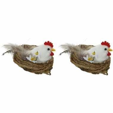 2x witte kippen paasvogel in nest met eitjes 8 cm paasversiering
