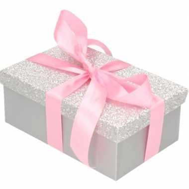 Kerstversiering kadodoosje/cadeaudoosje zilver/glitter 15 cm