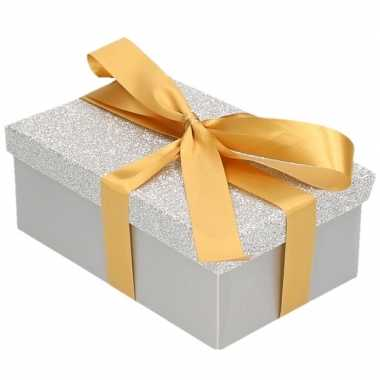Kerstversiering kadodoosje/cadeaudoosje zilver/glitter 22 cm