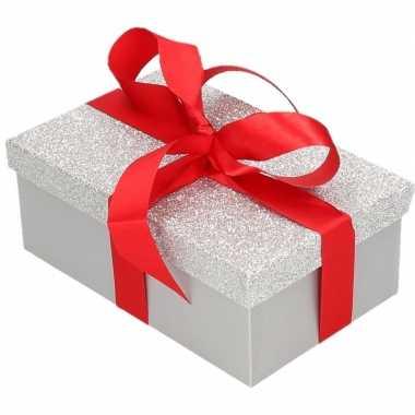 Kerstversiering kadodoosje/cadeaudoosje zilver/glitter 24 cm