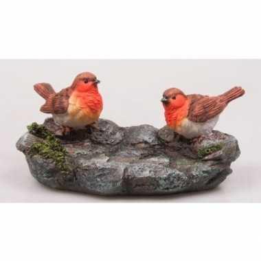 Versiering beeldje roodborstjes op steen 20 cm