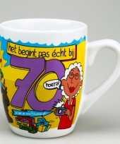 Cartoon cadeau mok beker hoera 70 jaar verjaardag versiering
